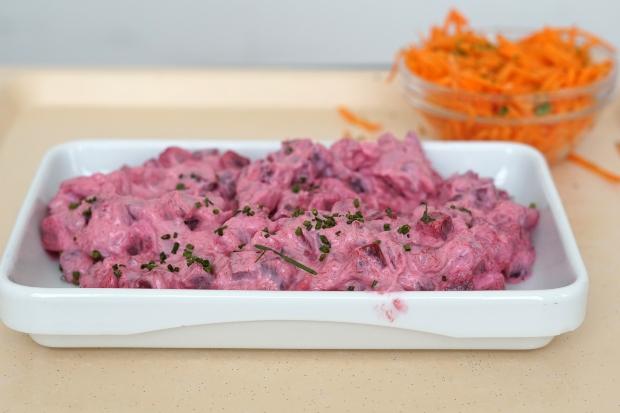 Rötlich aussehendes Fleischprodukt in Porzellanschale