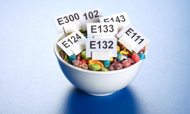 Schüssel mit bunten Futtermitteln - deklariert mit vielen Zusatzsstoffen