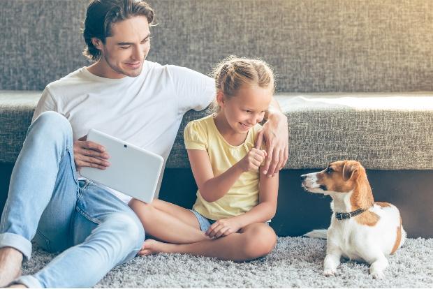 Vater, Tochter und ihr Hund