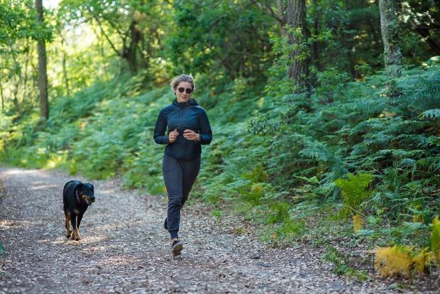 Frau beim Joggen mit Hund