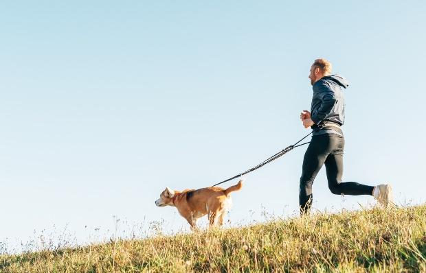Mann beim Joggen mit Hund