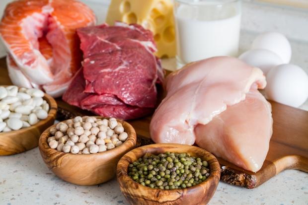 Milchprodukte und Fleisch, aber auch Hülsenfrüchte sind reich an Eiweiß