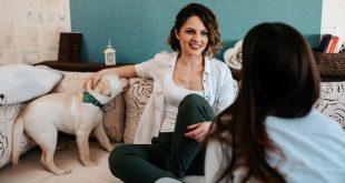 Junge Frauen mit Hund - Dogsharing Konzept